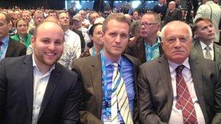Václav Klaus na mítinku AfD v roce 2016. Uprostřed Petr Bystroň a vlevo Markus Frohnmaier (v současnosti poslanci Bundestagu)