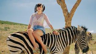 Lily Allenová při natáčení klipu k písni Air Balloon