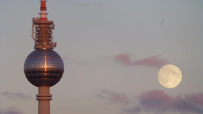 """Berlínská televizní věž a sluneční kříž nazývaný """"papežova pomsta"""""""