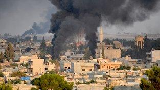 Dým stoupající nad bombardovaným městem Rás al-Ajn na severu Sýrie