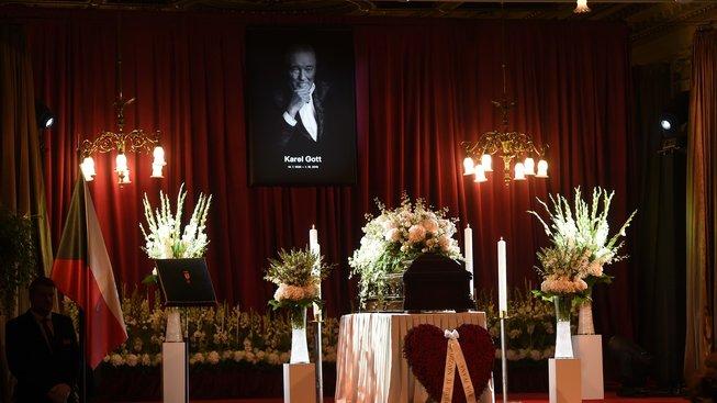 Rakev s pozůstatky Karla Gotta ve velkém sále pražského paláce Žofín