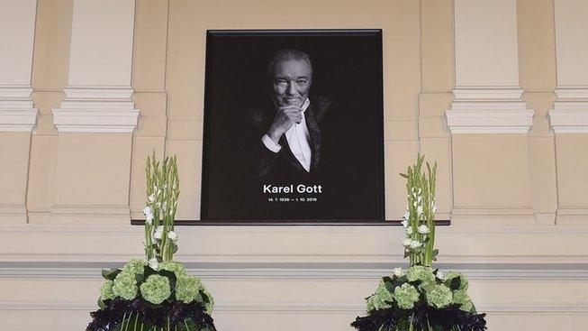 Poslední rozloučení veřejnosti s Karlem Gottem v paláci Žofín