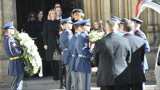 Rakev se zpěvákem z katedrály vynesla Hradní stráž, v čele průvodu šla Gottova manželka Ivana s jeho dcerami