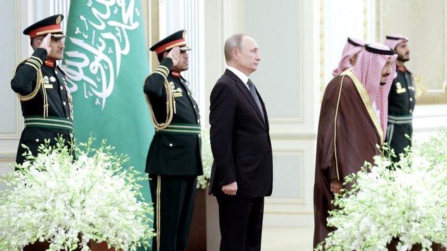 """Vladimir Putin """"vychutnávající"""" si ruskou hymnu v podání saúdského orchestru"""