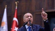 Zvládnu uprchlíky, slibuje Turkům Erdogan. Z jeho vlastní strany ale utíkají desítky tisíc členů