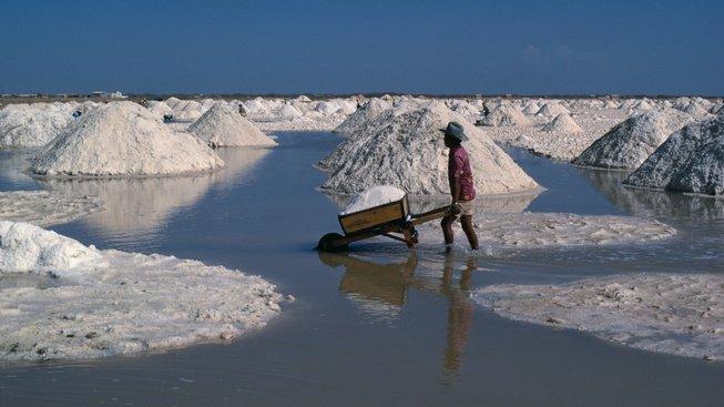 Příliš mnoho soli tělu škodí. Ilustrační snímek