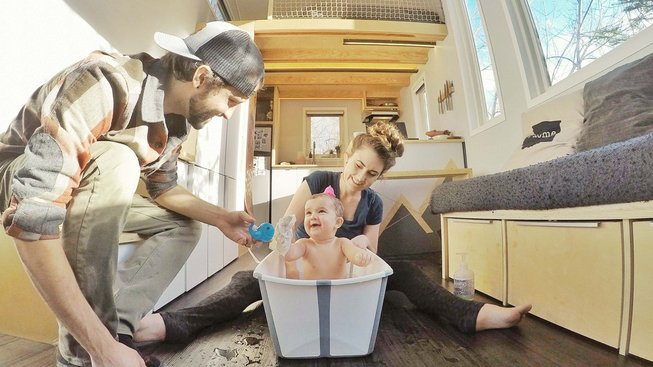 Inspirace pro Čechy? Architekt Robert a pediatrička Samantha z amerického státu Washington se nechtěli zadlužit hypotékou, ani platit vysoký nájem, a tak si pořídili mobilní domek, ve kterém už dva roky vychovávají dcerku Aubrin