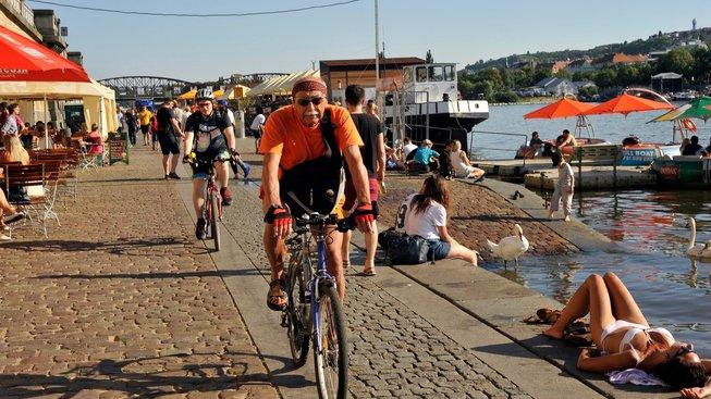 Rašínovo nábřeží je přes léto ideální prostor pro setkávání, relaxaci, kulturní akce, jízdu na kole či pro běžce.
