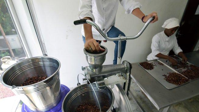 """Výroba raw čokolády je velmi náročná, zejména co se týče """"pražení"""" kakaových bobů"""