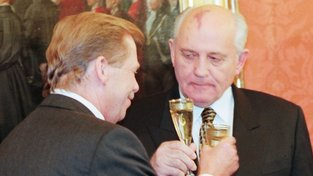 Michail Gorbačov, šéf sovětských komunistů, pustil české soudruhy k vodě. Nechal věcem volný průběh, komunisté v Praze se bez podpory Kremlu nezmohli na odpor, a tak si 'Gorby' nakonec mohl připít s rebelem Václavem Havlem