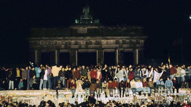 Devátého listopadu 1989 padla berlínská zeď