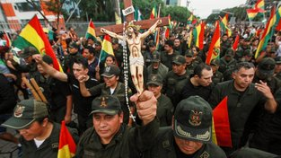 Moralesovu demisi oslavovali v ulicích i policisté