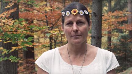 Je video 'omlouvajících se žen' k smíchu, nebo k pláči?