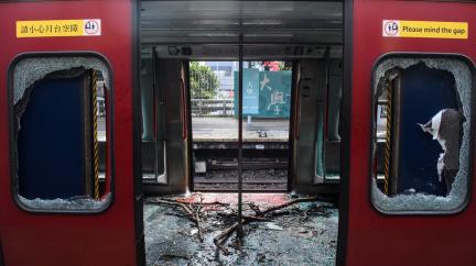 Jako po bitvě: Demonstrace ochromily Hongkong
