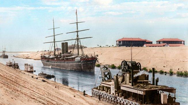 Stavba Suezského průplavu trvala 10 let. V jejím začátku ho dělníci kopali ručně.