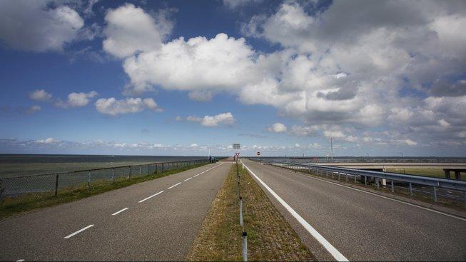 Dálnice přes uzavírací hráz, spojující Severní Holandsko a Frísko
