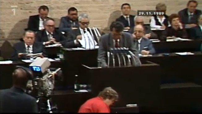 Okamžik krátce před hlasováním Federálního shromáždění o zrušení ústavních článků zaručujících komunistům vedoucí úlohu ve státě