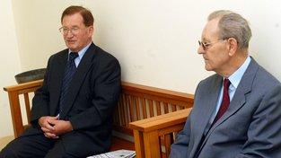 Lubomír Štrougal a Miloš Jakeš na snímku z roku 2003