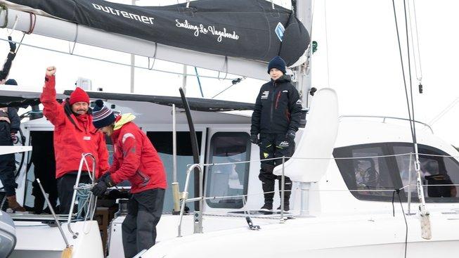 Greta Thunbergová (uprostřed) na palubě luxusního katamaránu La Vagabonde. Vlevo její otec Svante Thunberg, druhý zleva Riley Whitelum