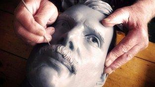 Práce na bystě legendárního zpěváka Freddieho Mercuryho