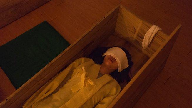 Prožití vlastního pohřbu má lidem otevřít oči