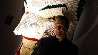 Nathan Sawaya vedle své sochy Jockera