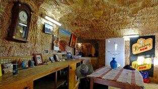 Horníci, kteří do Coober Pedy přišli dolovat opál, si tu postavili podzemní byty