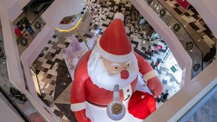 Obří Santa v obchoďáku v Šanghaji