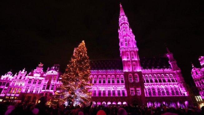 Letošní vánoční trhy v Bruselu doprovází světelná show
