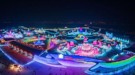 V zajetí barev: Největší ledový festival na světě bere dech