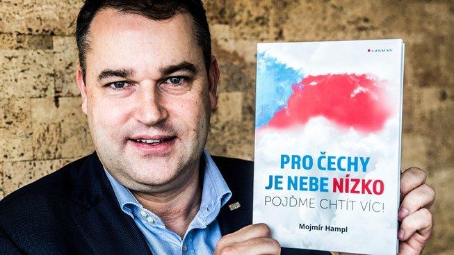 Mojmír Hampl se svou knihou