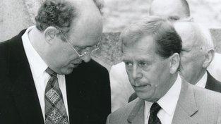 Marián Čalfa se sklání k Václavu Havlovi