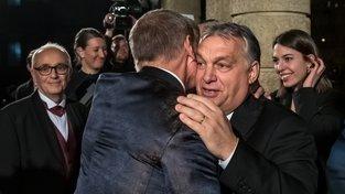 Viktor Orbán se vítá s Andrejem Babišem při lednovém slavnostním znovuotevření Státní opery v Praze.