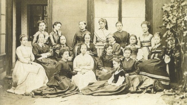 Skupinové foto členek Amerického spolku žen z roku 1871