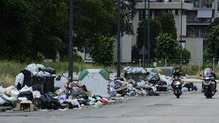 Hory odpadků na ulicích v Neapoli