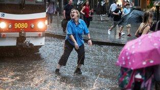 Řidička tramvaje přehazuje výhybku během bouře v Praze