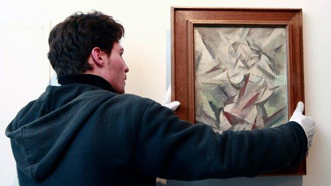 Obraz Tanečnice malíře Vincence Beneše, původně exekučně zabavený ve Vídni v rámci sporu státu s Diag Human, se v listopadu 2011 vrátil do Prahy
