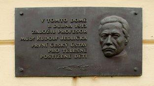 Pamětní deska na Jedličkově ústavu na Vyšehradě