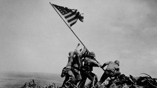 Za fotografii vztyčování americké vlajky dostal fotograf Joe Rosenthal Puliztera, byť byla lehce nastylizovaná