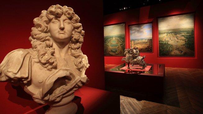 Bysta Ludvíka XIV., za ním obrazy královských zámků