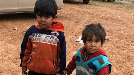U hranic s Tureckem se tísní statisíce uprchlíků z Idlibu. Jsou v pasti, říká humanitární pracovník
