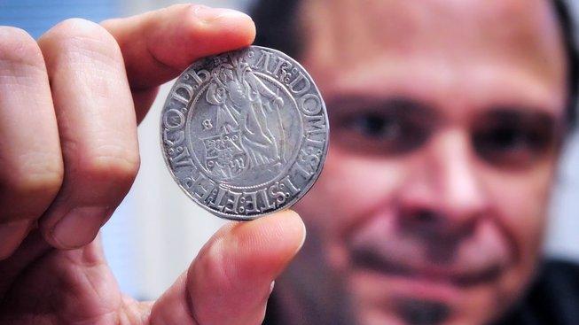 Historik Jan Nedvěd s originálem jáchymovského tolaru z roku 1520