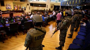 Vojáci doprovodili salvadorského prezidenta Nayiba Bukeleho do budovy parlamentu