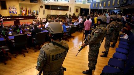 Ozbrojení vojáci v parlamentu: Armáda se potichu vrací k moci