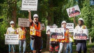 Jeden z protestů organizovaných Crowds on Demand proti Zdeňku Bakalovi v USA