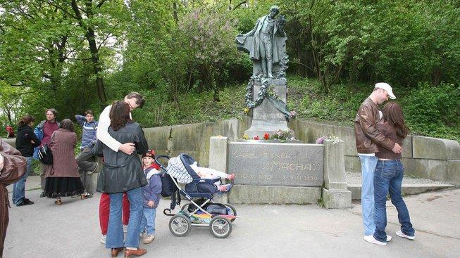 Zamilované páry pod sochou Karla Hynka Máchy na pražském Petříně