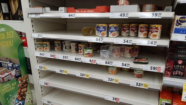 Regály v supermarketu Tesco v Praze 26. února 2020.