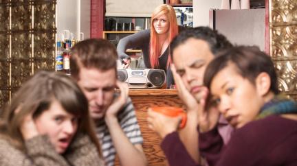 Proč muzika v restauracích tolik řve? Je to obchodní trik!