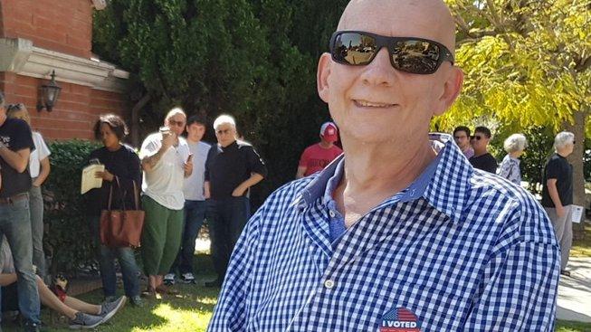 Čechoameričan Jiří Plavec právě odvolil v okrsku v Los Angeles