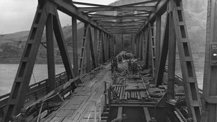 Výbuchy sice most trochu poškodily, ale zůstal provozuschopný